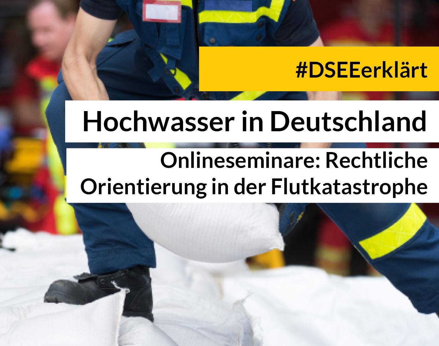 Fluthelfer heben einen Sandsack, TExt: Hochwasser in Deutschland - Onlineseminare: Rechtliche Orientierung in der Flutkatastrophe